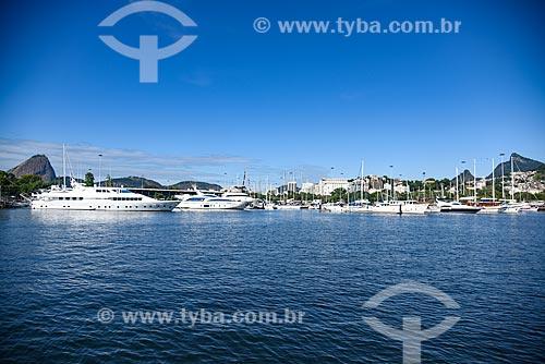 Lanchas atracadas na Marina da Glória com o Pão de Açúcar - à esquerda - e o  Cristo Redentor - à direita  - Rio de Janeiro - Rio de Janeiro (RJ) - Brasil