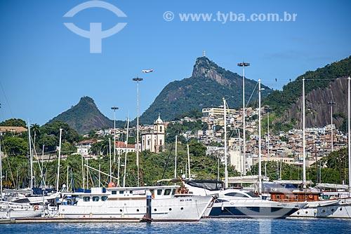 Lanchas atracadas na Marina da Glória com o Cristo Redentor ao fundo  - Rio de Janeiro - Rio de Janeiro (RJ) - Brasil