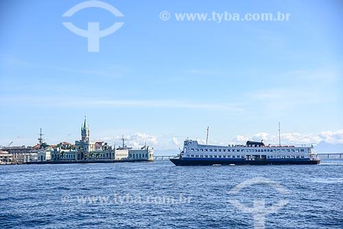 Vista do Castelo da Ilha Fiscal (1889) - à esquerda - e barca que faz a travessia entre Rio de Janeiro e Niterói durante passeio turístico de barco na Baía de Guanabara  - Rio de Janeiro - Rio de Janeiro (RJ) - Brasil
