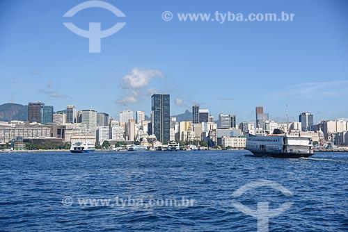 Barca que faz a travessia entre Rio de Janeiro e Niterói na Baía de Guanabara com prédios do centro do Rio de Janeiro ao fundo  - Rio de Janeiro - Rio de Janeiro (RJ) - Brasil