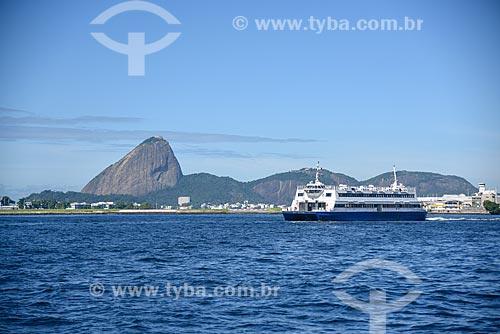 Barca que faz a travessia entre Rio de Janeiro e Niterói na Baía de Guanabara com o Pão de Açúcar ao fundo  - Rio de Janeiro - Rio de Janeiro (RJ) - Brasil