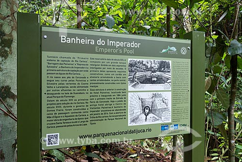 Placa informativa próximo ao reservatório Banheira do Imperador - 1ª estação de captação de águas do Rio Carioca, hoje desativada - no Parque Nacional da Tijuca  - Rio de Janeiro - Rio de Janeiro (RJ) - Brasil