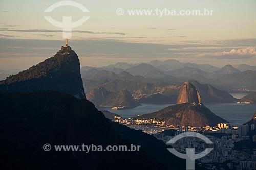 Vista do Cristo Redentor e Pão de Açúcar a partir da Pedra da Proa durante o pôr do sol  - Rio de Janeiro - Rio de Janeiro (RJ) - Brasil