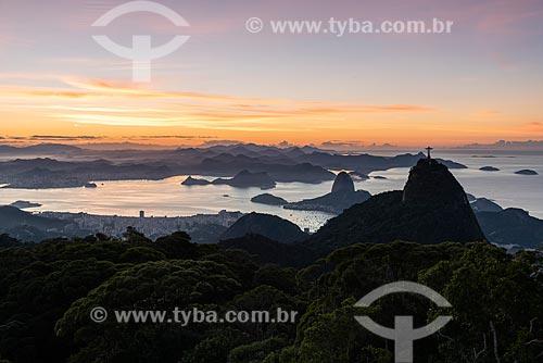 Vista do amanhecer no Cristo Redentor com o Pão de Açúcar ao fundo a partir do Morro do Sumaré  - Rio de Janeiro - Rio de Janeiro (RJ) - Brasil