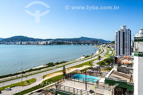 Vista geral da Avenida Beira Mar Continental - oficialmente Avenida Poeta Zininho - com a Ponte Hercílio Luz (1926) ao fundo  - Florianópolis - Santa Catarina (SC) - Brasil