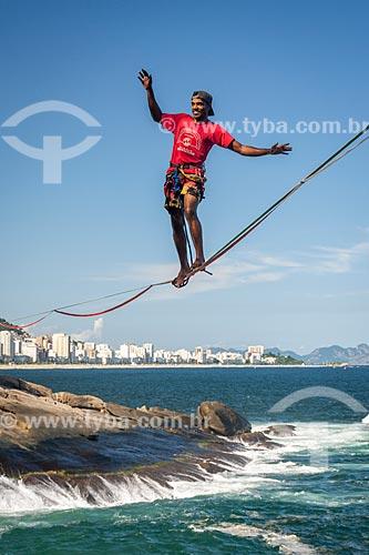Praticante de slackline na orla do Rio de Janeiro com a Praia de Ipanema ao fundo  - Rio de Janeiro - Rio de Janeiro (RJ) - Brasil