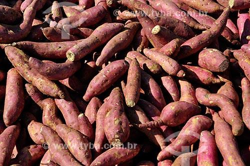 Detalhe de batata-doce (Ipomoea batatas) à venda em feira livre na cidade de Fronteira  - Fronteira - Minas Gerais (MG) - Brasil
