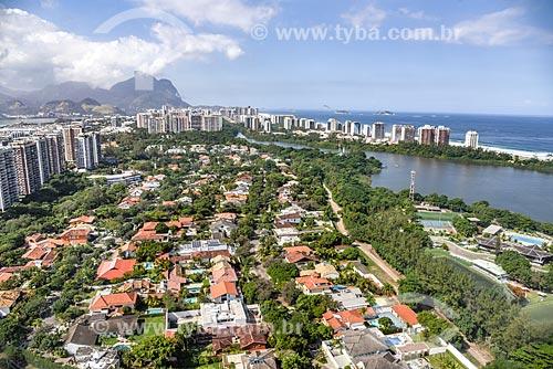 Foto aérea de condomínio residencial próximo à Lagoa de Marapendi com a Pedra da Gávea ao fundo  - Rio de Janeiro - Rio de Janeiro (RJ) - Brasil