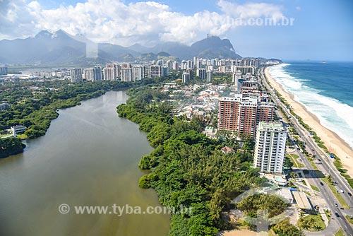Foto aérea da Lagoa de Marapendi com a Praia da Barra da Tijuca - à direita - e a Pedra da Gávea ao fundo  - Rio de Janeiro - Rio de Janeiro (RJ) - Brasil
