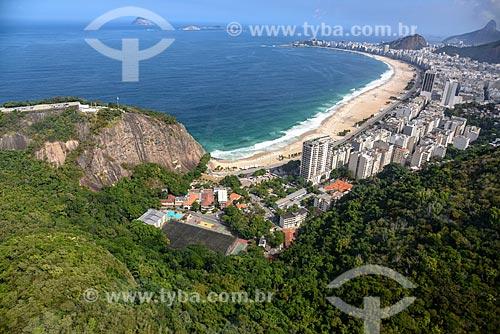 Foto aérea do Morro da Babilônia com a Praia do Leme e Praia de Copacabana ao fundo  - Rio de Janeiro - Rio de Janeiro (RJ) - Brasil
