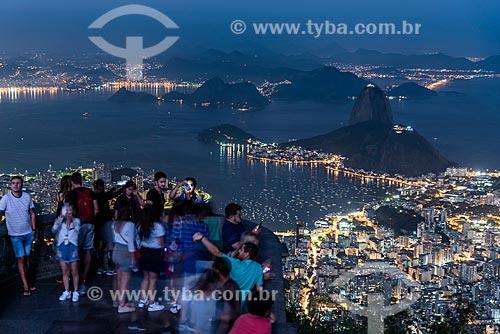 Vista do Pão de Açúcar a partir do mirante do Cristo Redentor durante o anoitecer  - Rio de Janeiro - Rio de Janeiro (RJ) - Brasil