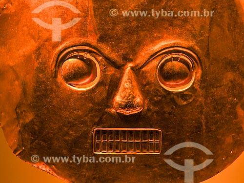 Detalhe de máscara de ouro em exibição no Museo del Oro (Museu do Ouro)  - Bogotá - Departamento de Cundinamarca - Colômbia