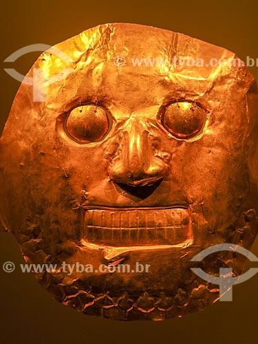 Detalhe da máscara de ouro da região de Calima no Museo del Oro (Museu do Ouro)  - Bogotá - Departamento de Cundinamarca - Colômbia