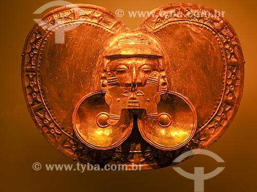 Detalhe de peitoral em forma de coração da região de Calima no Museo del Oro (Museu do Ouro)  - Bogotá - Departamento de Cundinamarca - Colômbia
