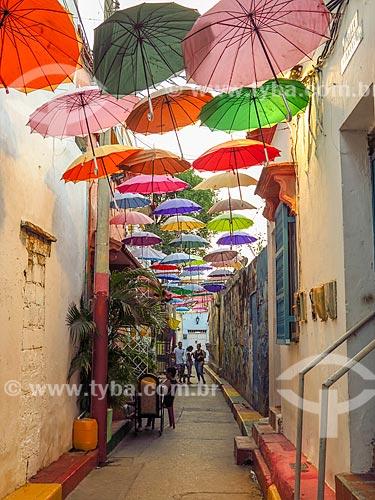 Rua decorada com guarda-chuva  - Cartagena - Departamento de Bolívar - Colômbia
