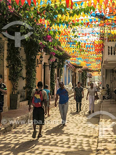 Rua decorada com bandeirinhas  - Cartagena - Departamento de Bolívar - Colômbia