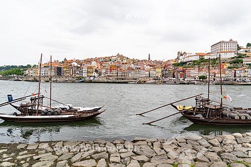 Embarcações com barris de vinho do Porto atracadas na orla do Rio Douro  - Porto - Distrito do Porto - Portugal