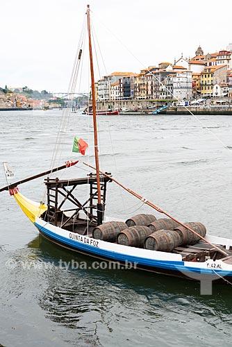 Embarcação com barris de vinho do Porto atracadas na orla do Rio Douro  - Porto - Distrito do Porto - Portugal