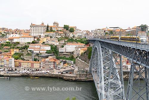 Vista da Ponte de Dom Luís I (1888) sobre o Rio Douro com a cidade do Porto ao fundo  - Porto - Distrito do Porto - Portugal