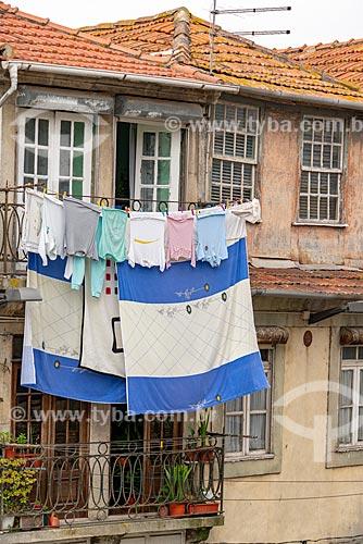 Roupas secando em varal na sacada de casario  - Porto - Distrito do Porto - Portugal