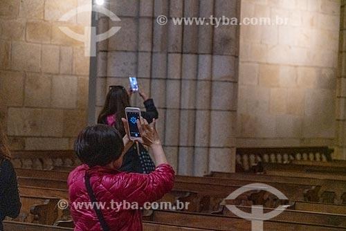 Visitantes fotografando com telefone celular o interior da Catedral da Sé do Porto (Igreja de Nossa Senhora da Assunção) - 1737  - Porto - Distrito do Porto - Portugal