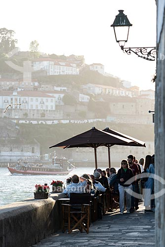 Mesas de restaurantes às margens do Rio Douro durante o pôr do sol  - Porto - Distrito do Porto - Portugal
