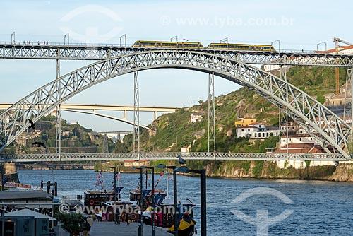 Vista do metrô transitando na Ponte de Dom Luís I (1888) sobre o Rio Douro  - Porto - Distrito do Porto - Portugal