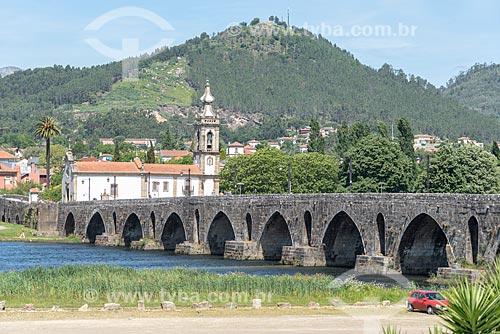 Ponte Romana (Seculo I) sobre o Rio Lima com a Igreja de Santo Antônio da Torre Velha ao fundo  - Vila de Ponte de Lima - Distrito de Viana do Castelo - Portugal