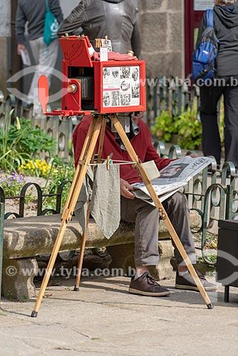 Fotógrafo Lambe-lambe em praça na cidade de Santiago de Compostela  - Santiago de Compostela - Província de Corunha - Espanha