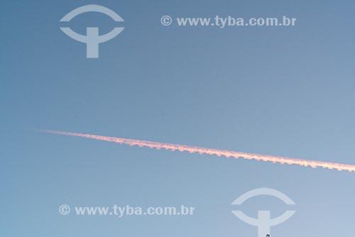 Trilha de condensação de avião no céu da cidade de Santiago de Compostela  - Santiago de Compostela - Província de Corunha - Espanha