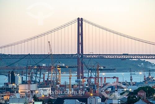 Ponte Vinte e Cinco de Abril sobre o Rio Tejo durante o pôr do sol  - Lisboa - Distrito de Lisboa - Portugal