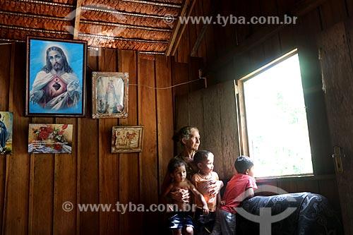 Produtora rural de murumuru (Astrocaryum murumuru) com crianças em sua casa no Rio Juruá  - Amazonas (AM) - Brasil