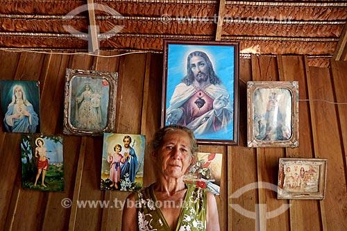 Produtora rural de murumuru (Astrocaryum murumuru) em sua casa no Rio Juruá  - Amazonas (AM) - Brasil