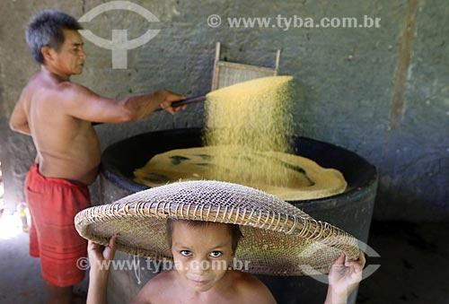 Ribeirinho e seu filho produzindo de farinha na Comunidade Ribeirinha do Bom Jesus na Reserva de Desenvolvimento Sustentável de Uacari  - Carauari - Amazonas (AM) - Brasil