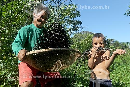 Produtor rural peneirando açaí na Reserva de Desenvolvimento Sustentável de Uacari  - Carauari - Amazonas (AM) - Brasil