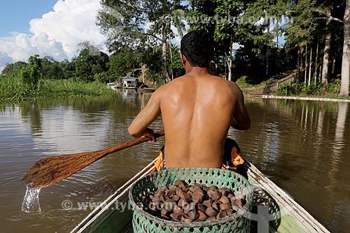 Produtor rural de andiroba na Comunidade Ribeirinha do Bom Jesus na Reserva de Desenvolvimento Sustentável de Uacari  - Carauari - Amazonas (AM) - Brasil