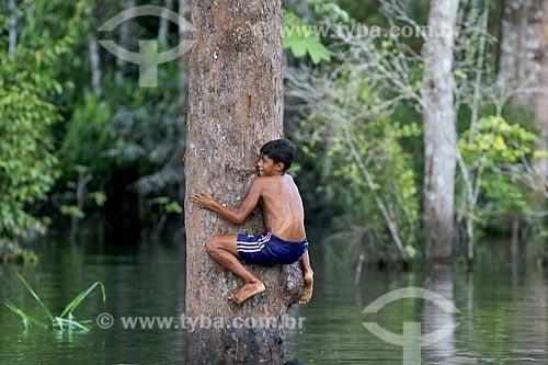 Criança ribeirinha brincando no rio próximo à comunidade ribeirinha do Bauana na Reserva Extrativista do Médio Juruá  - Carauari - Amazonas (AM) - Brasil