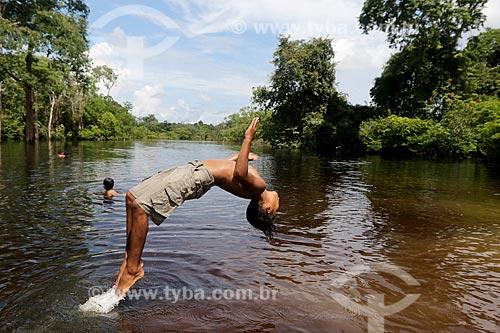 Crianças ribeirinhas brincando no rio próximo à comunidade ribeirinha do Bauana na Reserva Extrativista do Médio Juruá  - Carauari - Amazonas (AM) - Brasil