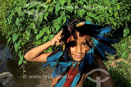 Criança indígena da tribo canamaris brincando na comunidade ribeirinha do Bauana na Reserva Extrativista do Médio Juruá  - Carauari - Amazonas (AM) - Brasil