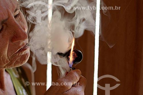 Detalhe de produtora rural fumando cachimbo tradicional na Reserva de Desenvolvimento Sustentável de Uacari  - Carauari - Amazonas (AM) - Brasil