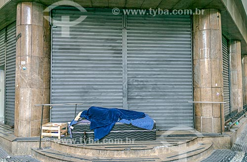Morador de rua dormindo em cama box king size na esquina da Rua da Bahia com Avenida Augusto de Lima  - Belo Horizonte - Minas Gerais (MG) - Brasil
