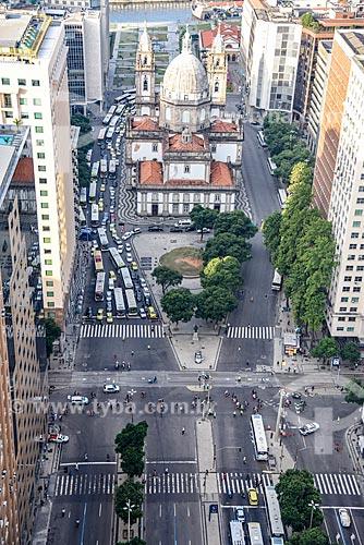 Foto aérea do cruzamento da Avenida Presidente Vargas e da Avenida Rio Branco com a Igreja de Nossa Senhora da Candelária (1609)  - Rio de Janeiro - Rio de Janeiro (RJ) - Brasil