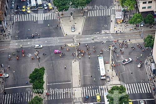 Foto aérea do cruzamento da Avenida Presidente Vargas com a Avenida Rio Branco com ciclistas durante a Bike Parade promovida pelo evento Velo-City  - Rio de Janeiro - Rio de Janeiro (RJ) - Brasil