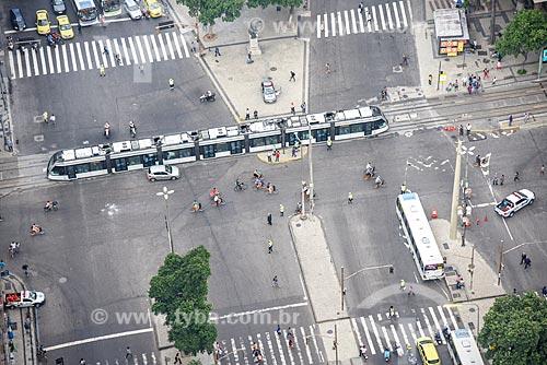 Foto aérea do veículo leve sobre trilhos transitando no cruzamento da Avenida Presidente Vargas com a Avenida Rio Branco  - Rio de Janeiro - Rio de Janeiro (RJ) - Brasil