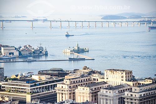 Foto aérea do Castelo da Ilha Fiscal (1889) com a Ponte Rio-Niterói (1974) ao fundo  - Rio de Janeiro - Rio de Janeiro (RJ) - Brasil