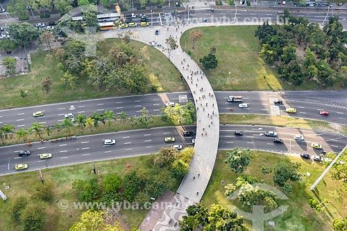 Foto aérea de ciclistas em passarela sobre a Avenida Infante Dom Henrique durante a Bike Parade promovida pelo evento Velo-City  - Rio de Janeiro - Rio de Janeiro (RJ) - Brasil