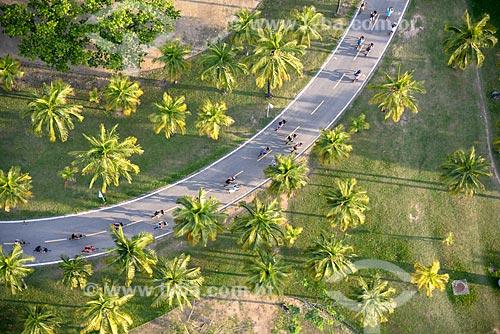 Foto aérea de ciclistas no Aterro do Flamengo durante a Bike Parade promovida pelo evento Velo-City - conferência internacional sobre mobilidade em bicicleta  - Rio de Janeiro - Rio de Janeiro (RJ) - Brasil