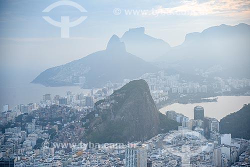 Foto aérea do Morro da Babilônia com o Morro Dois Irmãos e a Pedra da Gávea ao fundo  - Rio de Janeiro - Rio de Janeiro (RJ) - Brasil