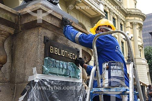 Funcionário fazendo a manutenção da placa da Biblioteca Nacional (1910)  - Rio de Janeiro - Rio de Janeiro (RJ) - Brasil