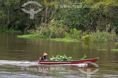 Ribeirinho em canoa na Lagoa do Janauari  - Iranduba - Amazonas (AM) - Brasil